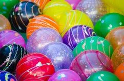 五颜六色的塑料球、混杂的颜色球和样式在特写镜头背景的 库存照片