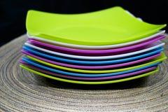 五颜六色的塑料碗筷 库存图片
