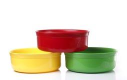 五颜六色的塑料碗 免版税库存照片