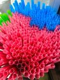 五颜六色的塑料秸杆特写镜头视图在街道食物市场上 免版税库存照片