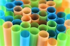 五颜六色的塑料秸杆的概念图象 免版税库存照片