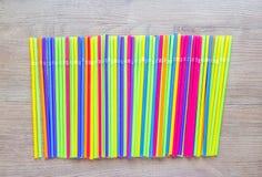 五颜六色的塑料秸杆行  免版税库存照片