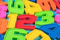 五颜六色的塑料第123在蓝色背景 库存照片