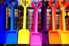 五颜六色的塑料铁锹在商店 免版税库存照片