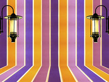 五颜六色的墙壁柔和的淡色彩和葡萄酒灯设计背景 向量例证