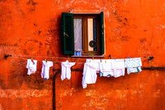 五颜六色的墙壁&窗口与干燥衣裳 图库摄影