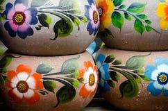 五颜六色的墨西哥陶瓷罐在老村庄 免版税库存图片