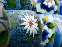 五颜六色的墨西哥陶瓷罐在老村庄 免版税库存照片