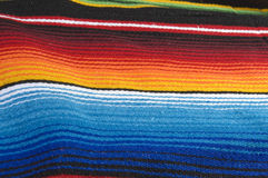 五颜六色的墨西哥雨披 免版税图库摄影