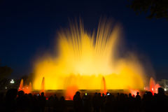 五颜六色的声音Montjuic喷泉在巴塞罗那 免版税库存照片