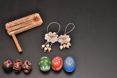 五颜六色的复活节彩蛋和羊羔 图库摄影