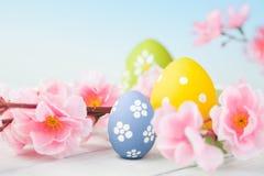 五颜六色的复活节彩蛋和花 免版税库存照片