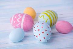 五颜六色的复活节彩蛋手画在蓝色背景 假日春天卡片 库存图片
