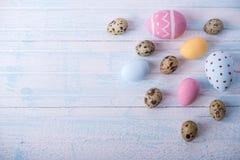 五颜六色的复活节彩蛋手画在蓝色背景 假日春天卡片 免版税库存照片