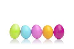 五颜六色的复活节彩蛋行 免版税图库摄影