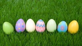 五颜六色的复活节彩蛋连续在绿草 免版税库存照片
