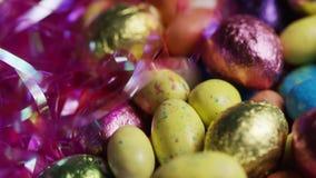 五颜六色的复活节糖果转动的射击在复活节草床上的  影视素材