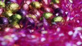 五颜六色的复活节糖果转动的射击在复活节草床上的  股票录像