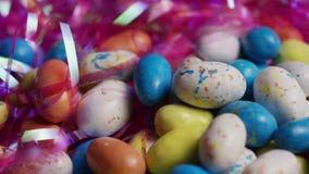 五颜六色的复活节糖果转动的射击在复活节草床上的  股票视频