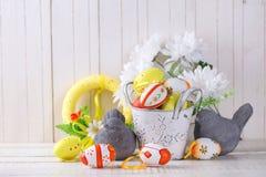 五颜六色的复活节彩蛋和装饰鸟在白色木backg 库存照片