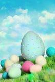 五颜六色的复活节彩蛋草 库存图片