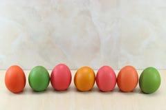五颜六色的复活节彩蛋行在大理石的有拷贝空间背景 免版税库存图片
