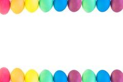 五颜六色的复活节彩蛋行在白色背景的 库存照片