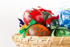 五颜六色的复活节彩蛋,传统装饰的今年春天假日 免版税库存图片