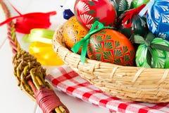 五颜六色的复活节彩蛋,传统装饰的今年春天假日 免版税库存照片