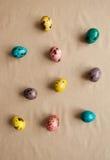 五颜六色的复活节彩蛋 被绘的鹌鹑蛋 库存照片