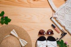 五颜六色的夏天女性时尚成套装备舱内甲板位置 草帽,竹袋子,太阳镜,顶视图,拷贝空间,宽构成 夏天 图库摄影