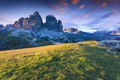 五颜六色的夏天日出在意大利阿尔卑斯, Tre Cime Di Lavaredo, Dol 库存图片
