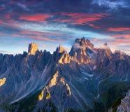 五颜六色的夏天日出在意大利阿尔卑斯, Tre Cime Di Lavaredo, Dol 免版税图库摄影