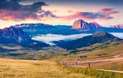 五颜六色的夏天日出在白云岩阿尔卑斯 免版税库存图片