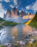 五颜六色的夏天早晨在意大利阿尔卑斯, Tre Cime Di Lavaredo, Dol 免版税图库摄影
