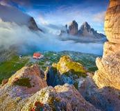 五颜六色的夏天早晨在意大利阿尔卑斯, Tre Cime Di Lavaredo, Dol 库存图片