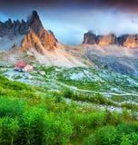五颜六色的夏天晚上在意大利阿尔卑斯, Tre Cime Di Lavaredo, Dol 免版税库存图片
