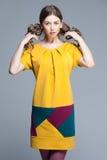 五颜六色的夏天礼服的逗人喜爱的妇女 库存图片