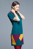 五颜六色的夏天礼服的逗人喜爱的妇女 免版税图库摄影