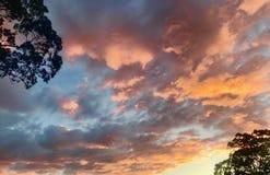 五颜六色的多云日落 库存图片
