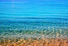 五颜六色的多岩石的海滩 库存图片