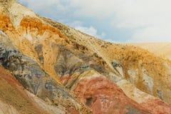 五颜六色的多彩多姿的小山和峡谷在红色口气 免版税库存图片