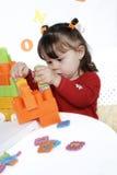 五颜六色的多维数据集女孩一点作用 免版税库存图片