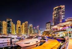 五颜六色的夜迪拜小游艇船坞地平线 豪华游艇船坞 迪拜,阿拉伯联合酋长国 库存照片