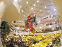 五颜六色的大厅装饰用黄色食物在食物节日失去作用在购物中心Bangkapi 免版税库存照片