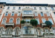 五颜六色的大厦从19世纪末在米兰的历史的中心 库存照片