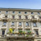 五颜六色的大厦从19世纪末在米兰的历史的中心 免版税库存照片