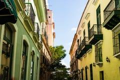 五颜六色的大厦和历史的殖民地建筑学在街市哈瓦那,古巴 免版税库存照片