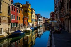 五颜六色的大厦在日落前的威尼斯 免版税图库摄影