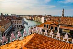 五颜六色的大厦在日落前的威尼斯 库存图片